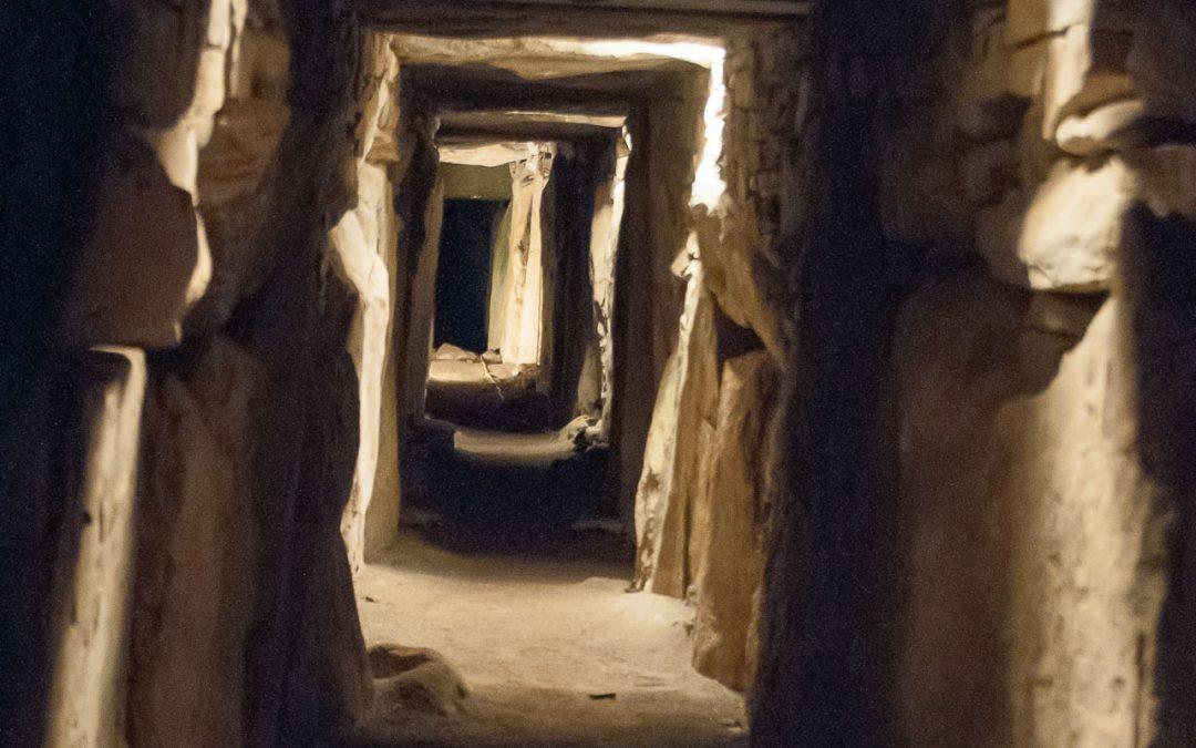Lange tunnel met hier en daar licht